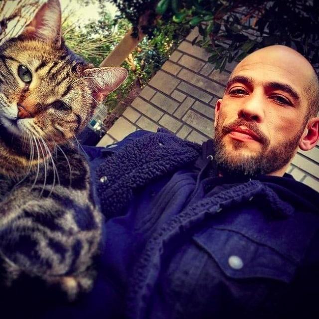Moïse Santamaria (Un si grand soleil) pose avec un chat sur Instagram !