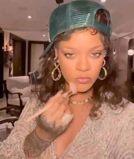 Rihanna dévoile son nouveau tuto beauté pour être belle en cinq minutes !