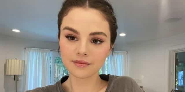 Selena Gomez ose le rouge à lèvres et fait sensation sur Instagram !Selena Gomez ose le rouge à lèvres et fait sensation sur Instagram !
