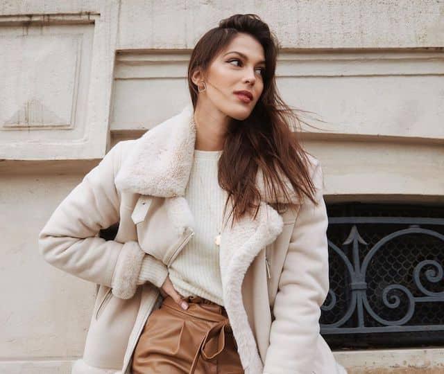 Iris Mittenaere sensuelle et radieuse en doudoune et short en cuir !