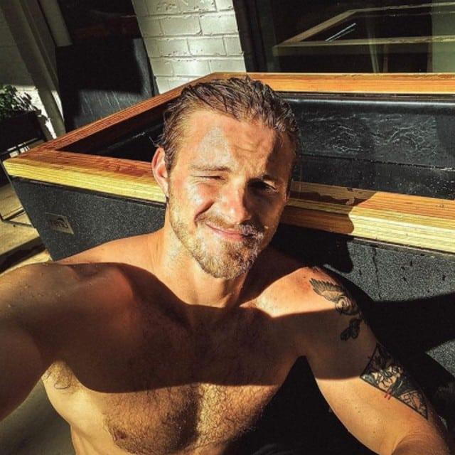 Alexander Ludwig (Vikings) très sexy pour prendre un bain glacé !