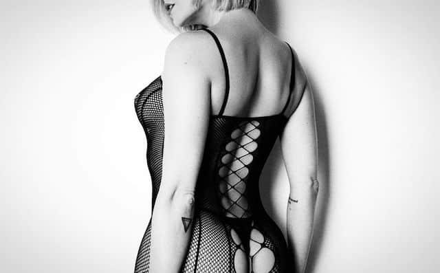 Clara Morgane révèle ses courbes dans un body en résilles ultra sexy !
