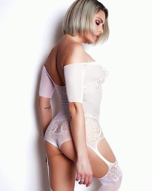 Clara Morgane s'affiche à moitié nue avec un body transparent ultra sexy !