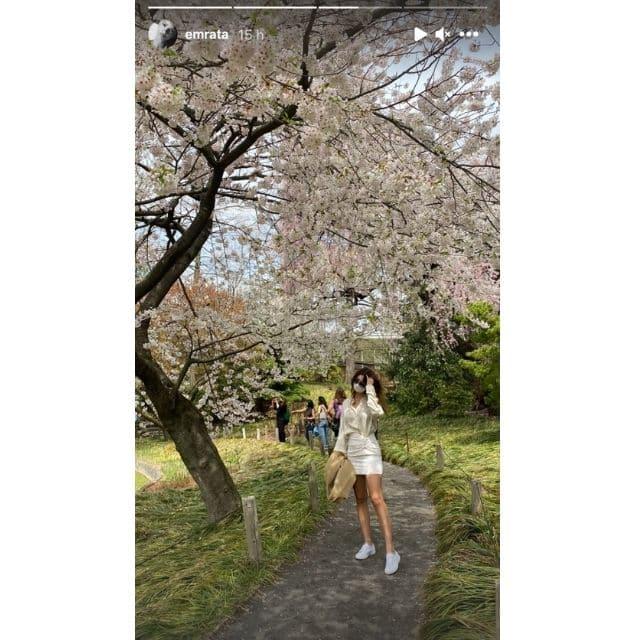 Emily Ratajkowski canon en total blanc pour profiter du printemps !