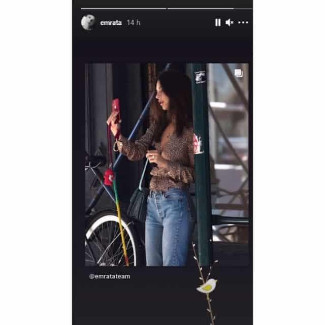 Emily Ratajkowski très classe en chemisier et jean sur Instagram !