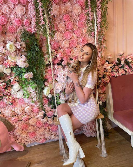 Kelly Vedovelli adorable dans une belle tenue printanière sur Instagram !