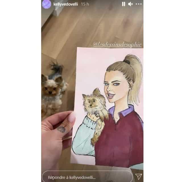 Kelly Vedovelli touchée par un joli dessin d'elle offert par une fan !
