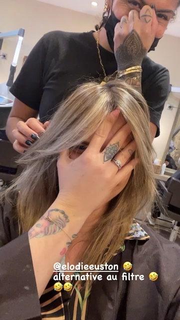 Kelly Vedovelli très gênée de se montrer au naturel chez le coiffeur !