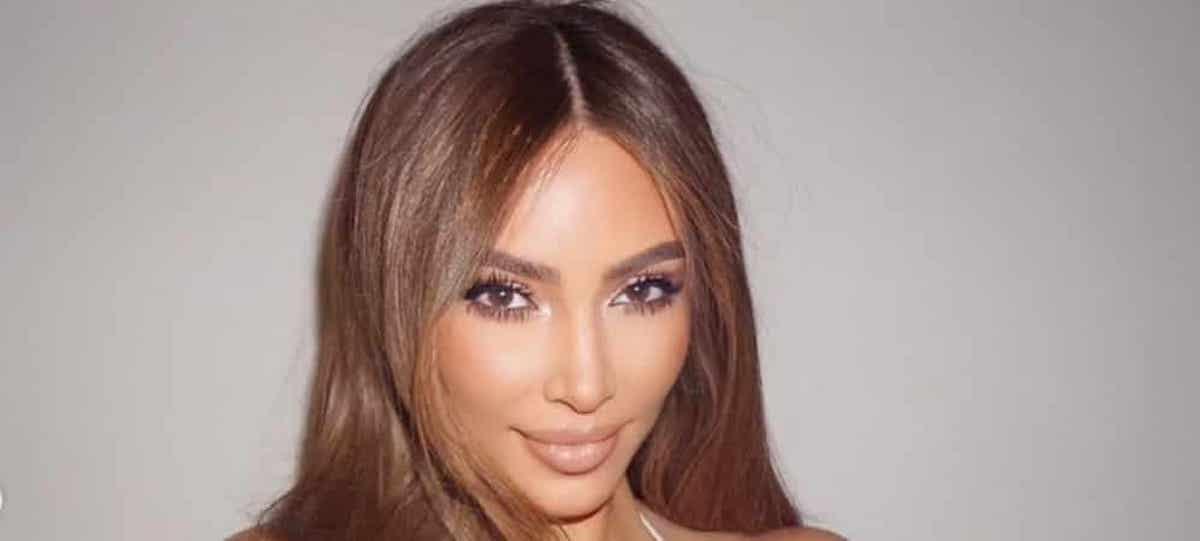 Kim Kardashian sublime en joli body noir transparent SKIMS !