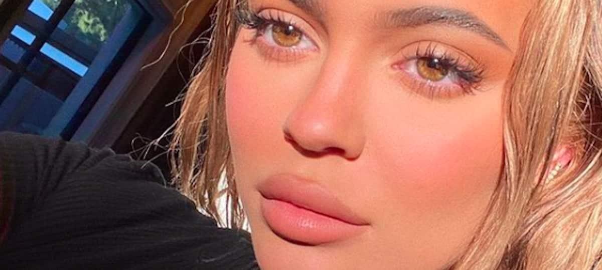 Kylie Jenner sexy dans un énorme décolleté blanc sur Instagram !