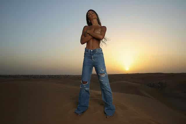 Océane El Himer (Les Marseillais) torride topless en plein désert !