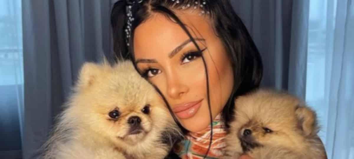 Maeva Ghennam pose nue sur cette photo Instagram avec ses chiens ?