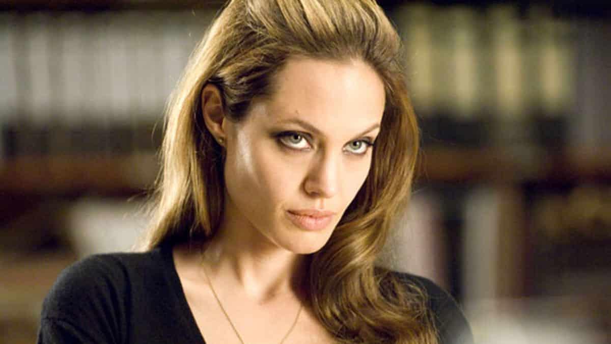 Angelina Jolie s'affiche ultra élégante avec une robe chemise !