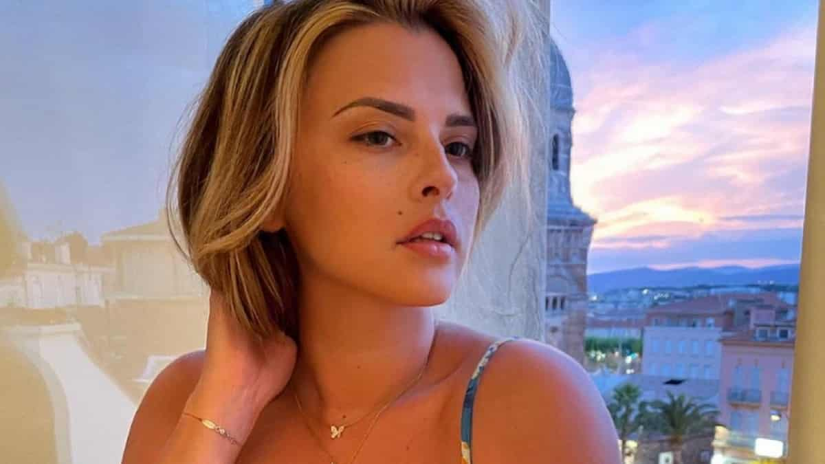 Kelly Vedovelli enlève le haut sur Instagram et c'est super sexy !