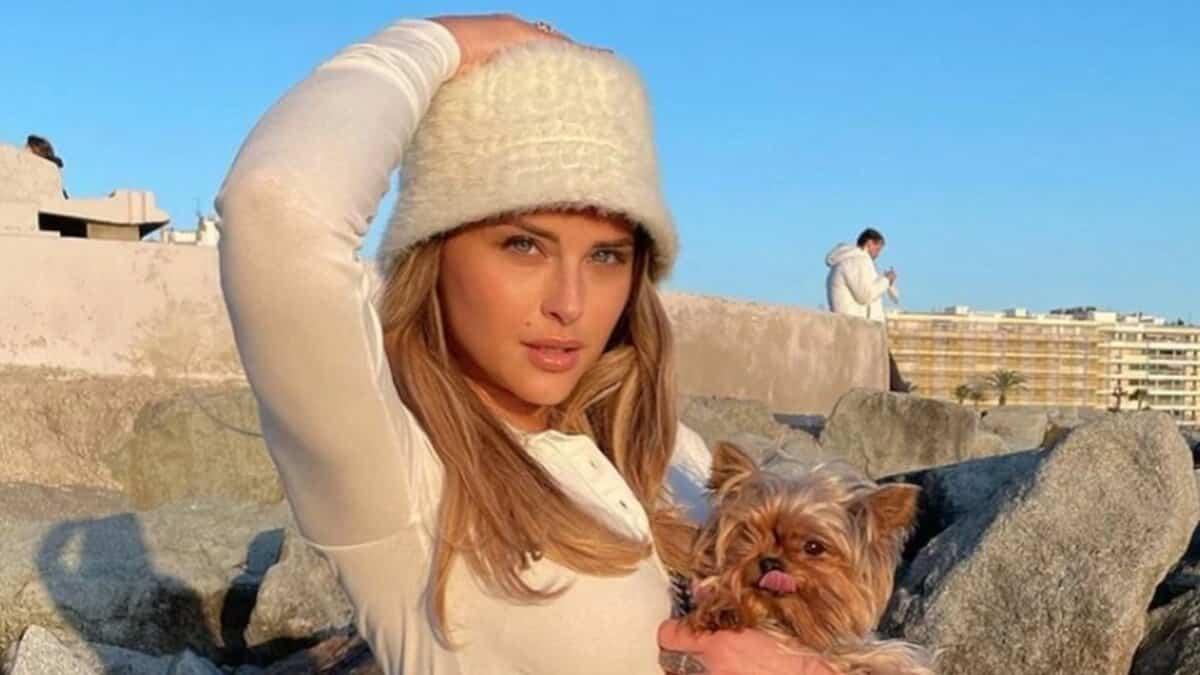 Kelly Vedovelli (TPMP) ultra sexy en mini short sur Instagram