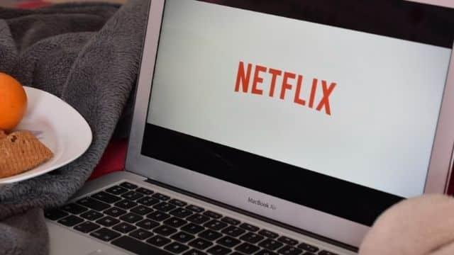 Netflix: Tous les films et séries à mater cet été même si tu ne pars pas !