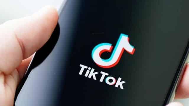 TikTok: l'astuce pour se faire une frange rideau comme une pro révélée !