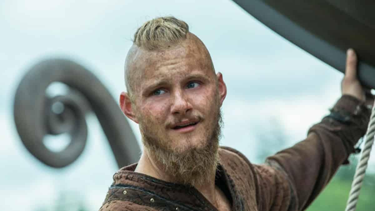 Alexander Ludwig (Vikings) joue son titre «Summer Crazy» à la guitare !