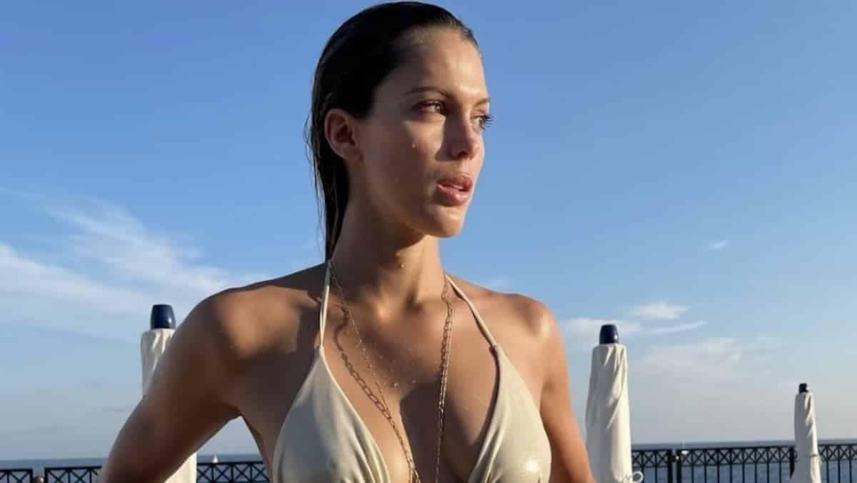 Iris Mittenaere s'affiche avec son plus beau bikini coloré en Grèce !