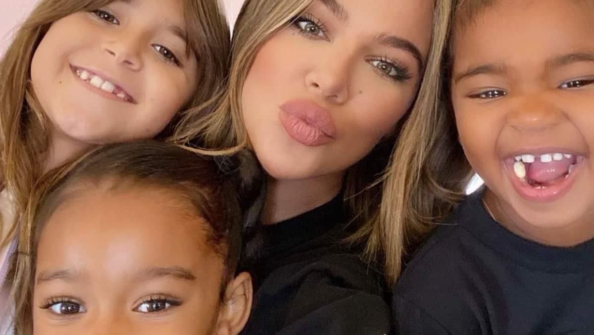 Kim Kardashian: sa sœur Khloé se laisse maquiller par des enfants !