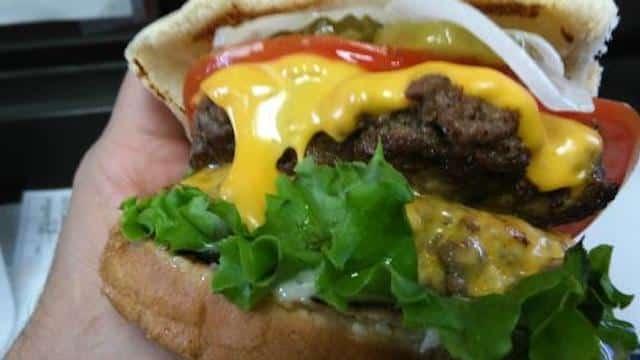 McDonald's: son cheeseburger évincé par un burger luxe «Golden Boy» !