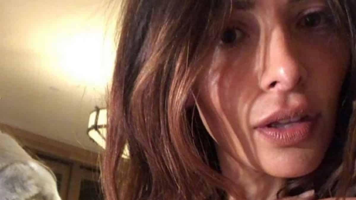 Sex/Life (Netflix): Sarah Shahi porte des implants dans la série ?