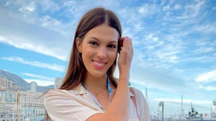 Iris Mittenaere plus rayonnante que jamais avec sa maman en Grèce !