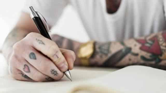 Étudiants: une jeune perd un appartement à cause de ses tatouages ?