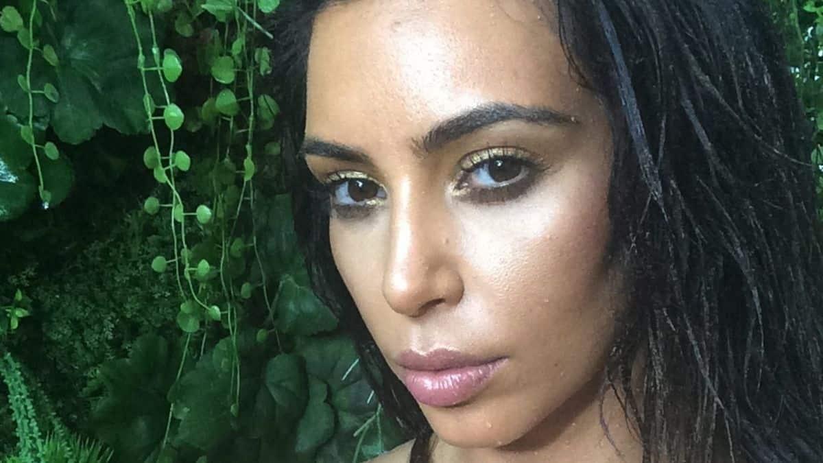 Kim Kardashian casse les codes en cagoule Balenciaga au Met Gala 2021 !