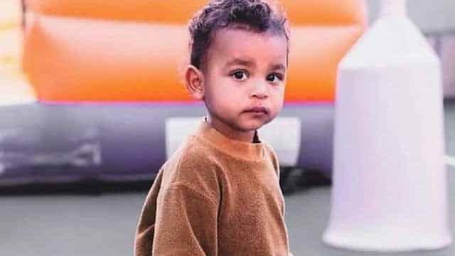 Kim Kardashian habille son fils Psalm avec une chaîne en or et assume !