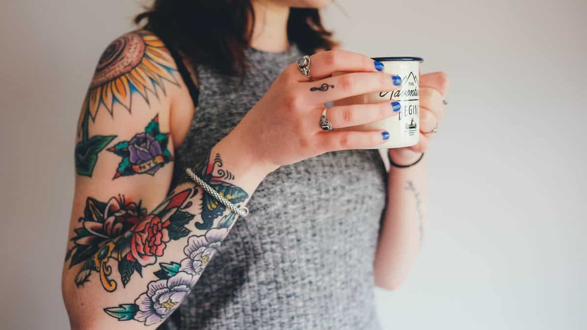 Une jeune étudiante expulsée de son appartement à cause de ses tatouages-min