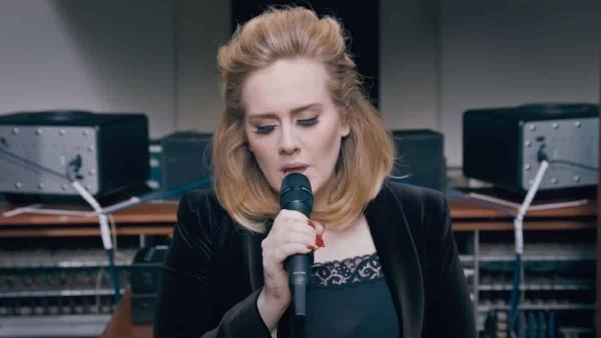 Adele revient dans la musique et tease son nouveau titre «Easy on Me» !