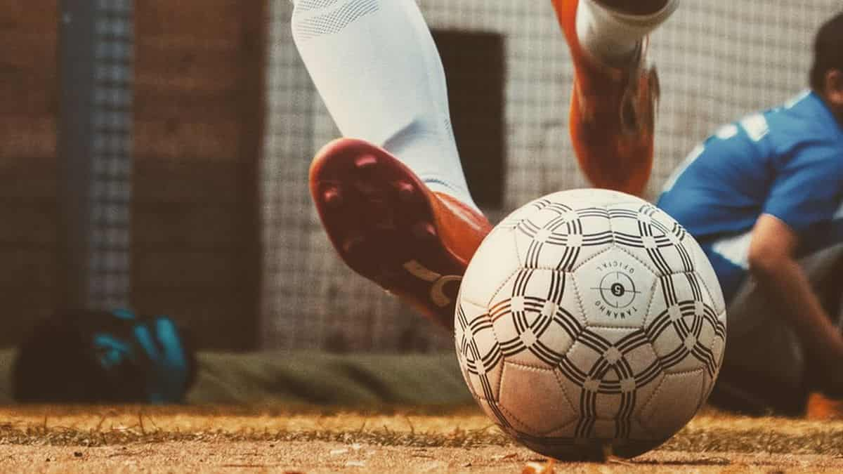 decathlon-lance-des-chaussures-de-foot-en-fibres-100-recyclables-1-min