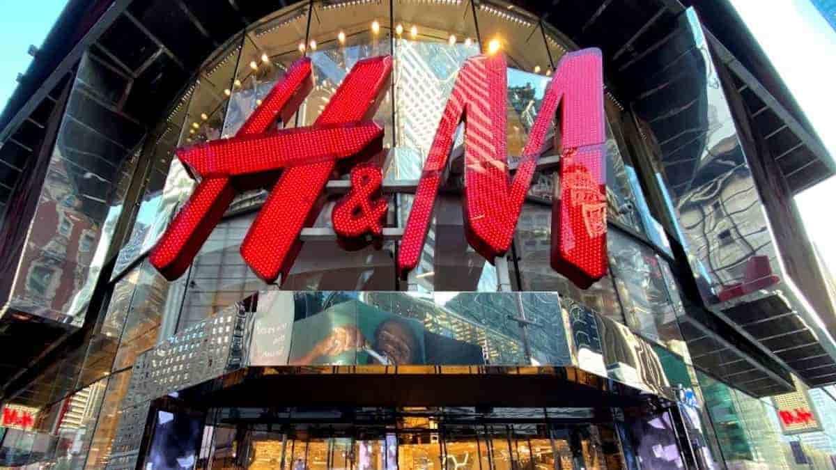 H&M: la marque dévoile sa nouvelle robe rouge aux manches bouffantes !